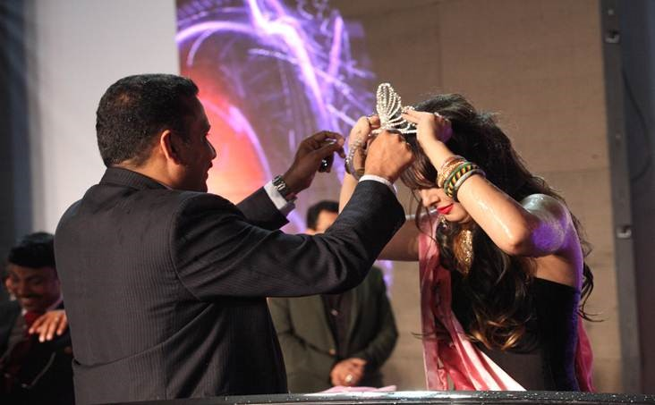 Vineesh Kumar, General Manager, UAE Exchange – Bahrain presenting the crown to Shyann Horton, winner of UAE Exchange May Queen 2016